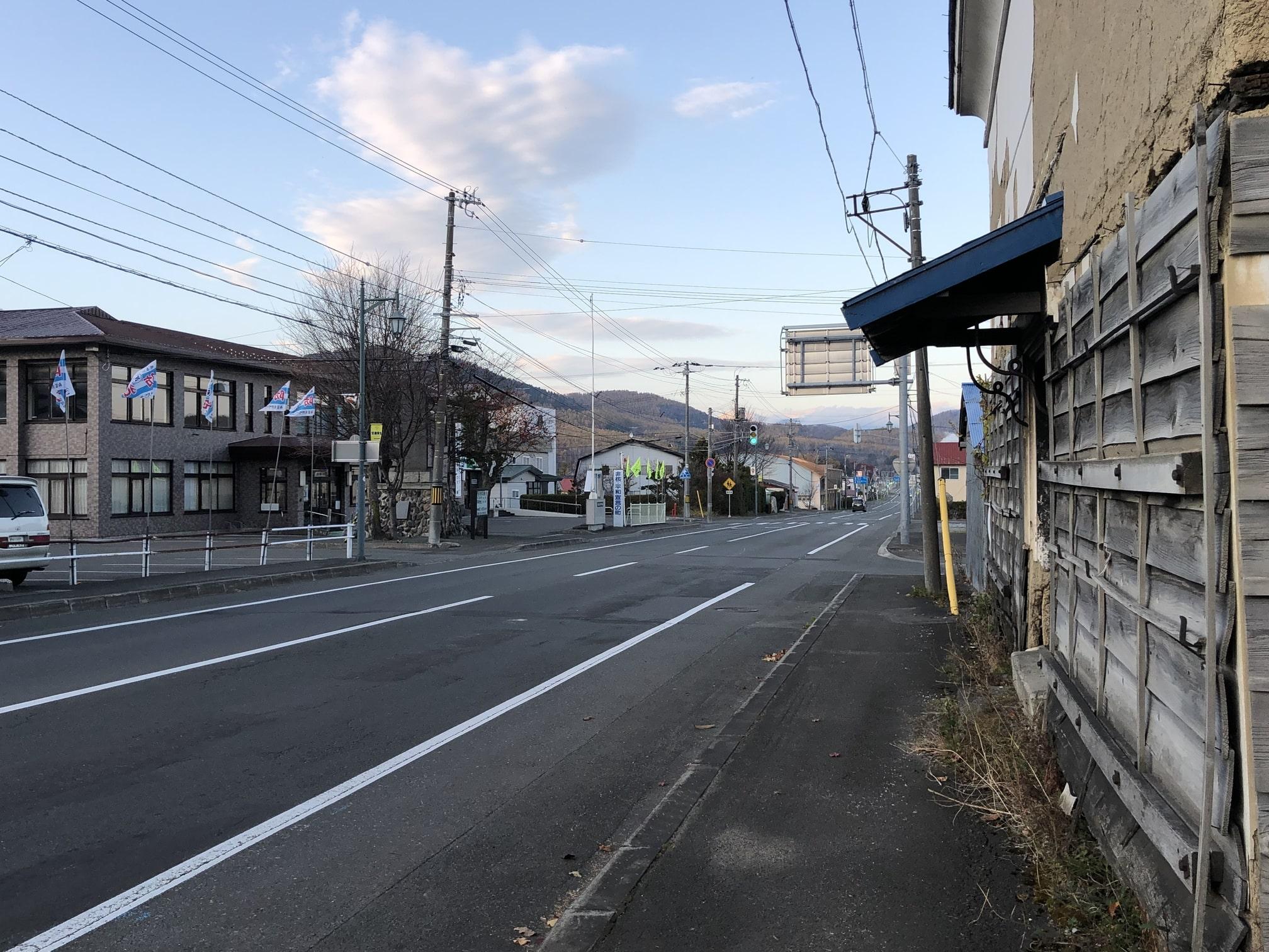 国道38号をはさんで向かいに南富良野町役場